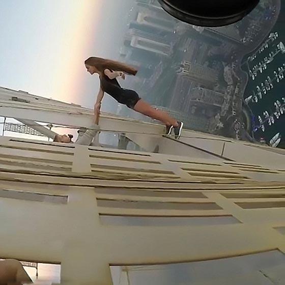 فيديو مثير: عارضة روسية تتحدى الموت من اجل جلسة تصوير في دبي!  صورة رقم 3