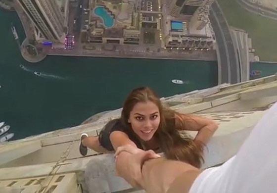 فيديو مثير: عارضة روسية تتحدى الموت من اجل جلسة تصوير في دبي!  صورة رقم 5