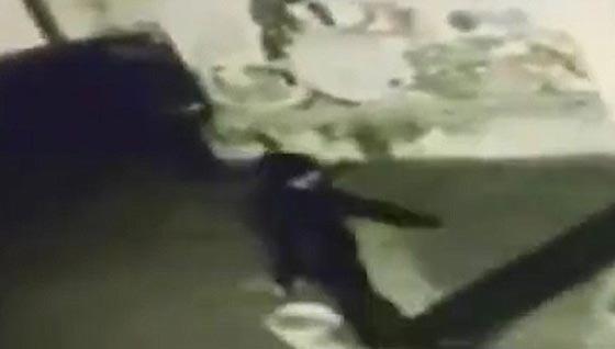 صورة رقم 1 -  فيديو صادم: عامل محطة وقود يرش البنزين على عشيق زوجته  ويحرقه!