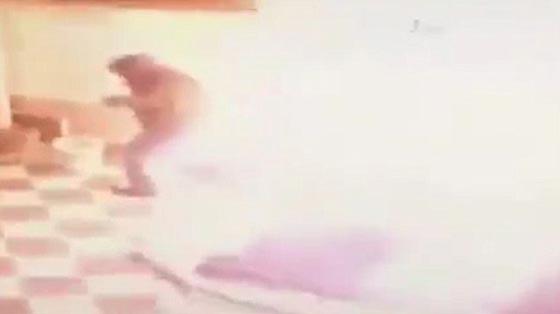 صورة رقم 4 -  فيديو صادم: عامل محطة وقود يرش البنزين على عشيق زوجته  ويحرقه!