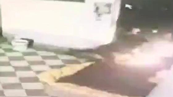 صورة رقم 3 -  فيديو صادم: عامل محطة وقود يرش البنزين على عشيق زوجته  ويحرقه!
