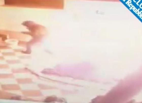 صورة رقم 6 -  فيديو صادم: عامل محطة وقود يرش البنزين على عشيق زوجته  ويحرقه!