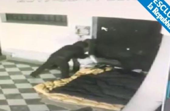 صورة رقم 5 -  فيديو صادم: عامل محطة وقود يرش البنزين على عشيق زوجته  ويحرقه!