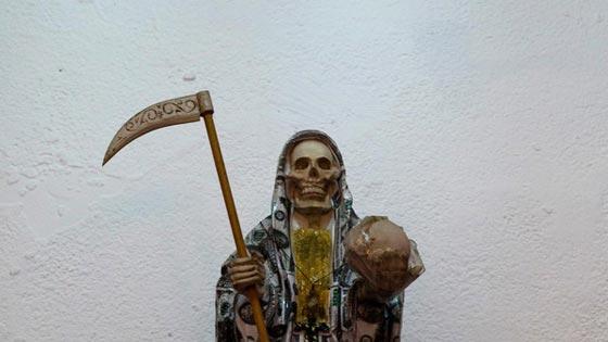 صورة رقم 2 - الكنيسة تتبرأ من (سيدة الموت) التي يمارس اتباعها طقوسا شيطانية!
