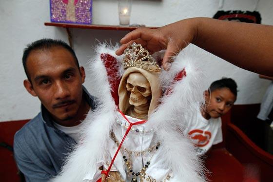 صورة رقم 5 - الكنيسة تتبرأ من (سيدة الموت) التي يمارس اتباعها طقوسا شيطانية!