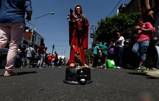 صورة رقم 6 - الكنيسة تتبرأ من (سيدة الموت) التي يمارس اتباعها طقوسا شيطانية!