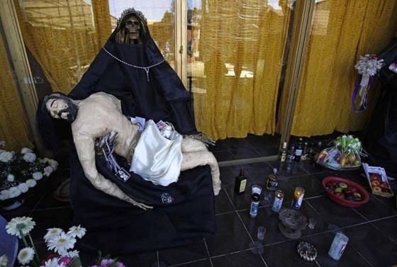 صورة رقم 12 - الكنيسة تتبرأ من (سيدة الموت) التي يمارس اتباعها طقوسا شيطانية!