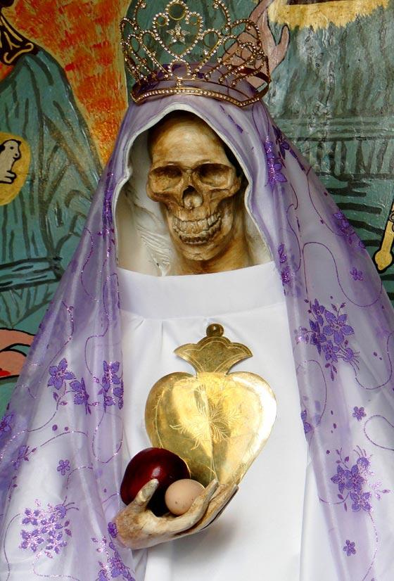 صورة رقم 15 - الكنيسة تتبرأ من (سيدة الموت) التي يمارس اتباعها طقوسا شيطانية!