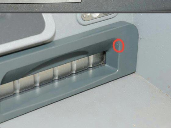 صورة رقم 2 - احذروا هذا الثقب الصغير الخفي في اجهزة الصرّاف الآلي