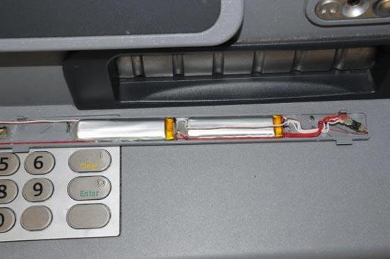 صورة رقم 3 - احذروا هذا الثقب الصغير الخفي في اجهزة الصرّاف الآلي