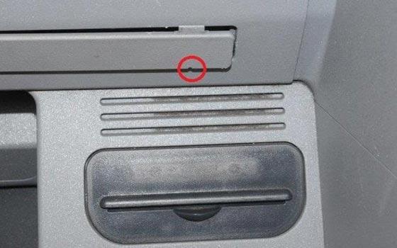 صورة رقم 5 - احذروا هذا الثقب الصغير الخفي في اجهزة الصرّاف الآلي