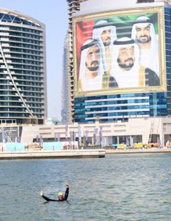 صورة رقم 2 - بالفيديو: طبيبة سعودية تقطع قناة دبي المائية سباحة خلال 9 ساعات
