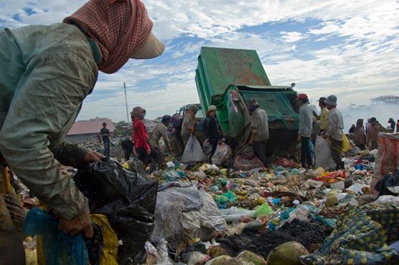 صورة رقم 1 - فنزويلا من أغنى الدول بالنفط وشعبها يأكل من القمامة