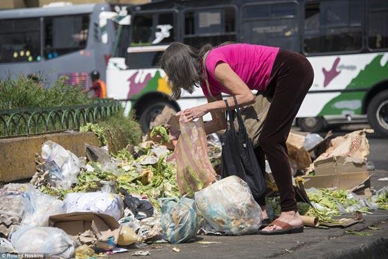 صورة رقم 2 - فنزويلا من أغنى الدول بالنفط وشعبها يأكل من القمامة