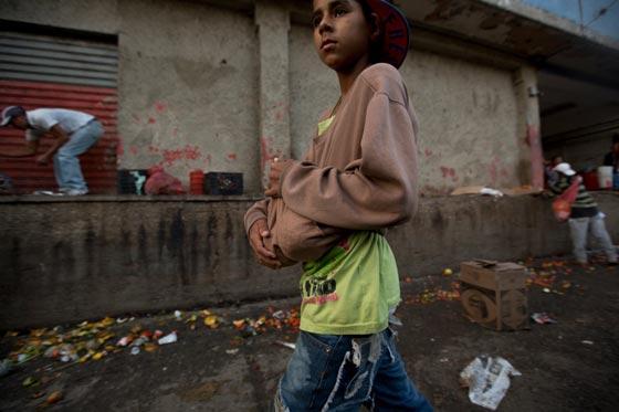 صورة رقم 3 - فنزويلا من أغنى الدول بالنفط وشعبها يأكل من القمامة