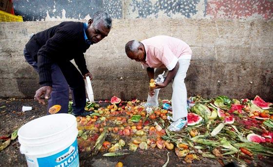 صورة رقم 4 - فنزويلا من أغنى الدول بالنفط وشعبها يأكل من القمامة