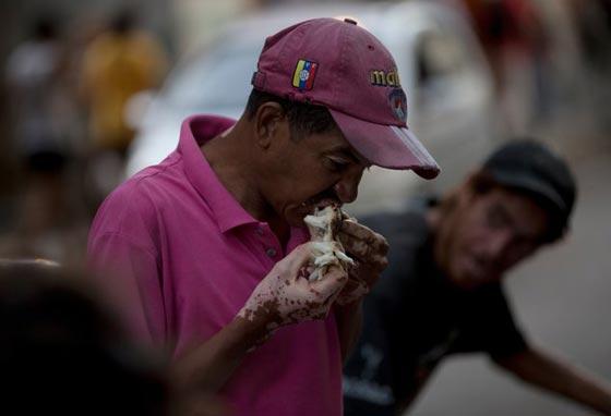 صورة رقم 6 - فنزويلا من أغنى الدول بالنفط وشعبها يأكل من القمامة