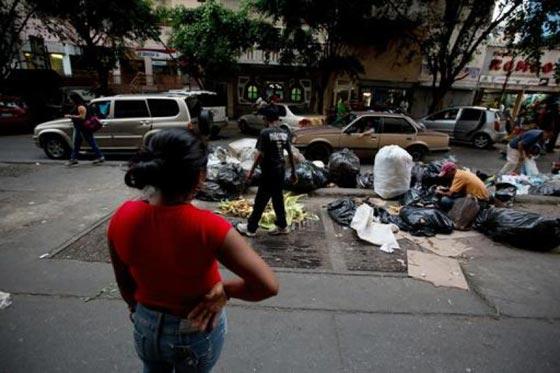 صورة رقم 12 - فنزويلا من أغنى الدول بالنفط وشعبها يأكل من القمامة