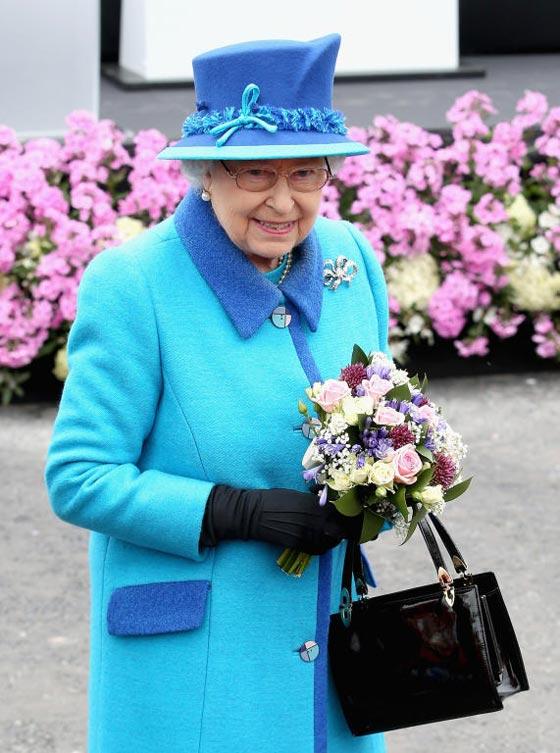 صورة رقم 2 - شيفرات ترسلها الملكة اليزابيث من حقيبتها لفريق عملها.. تعرف عليها