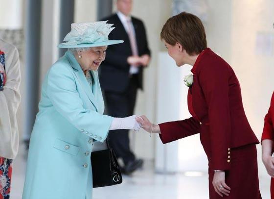 صورة رقم 1 - شيفرات ترسلها الملكة اليزابيث من حقيبتها لفريق عملها.. تعرف عليها