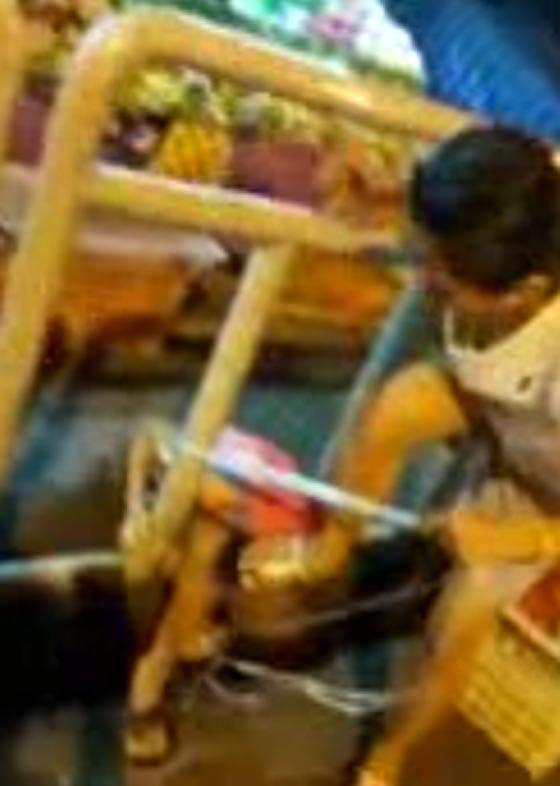 صورة رقم 2 - فيديو صادم.. ام متوحشة تعاقب ابنها بربطه في جدار على الطريق