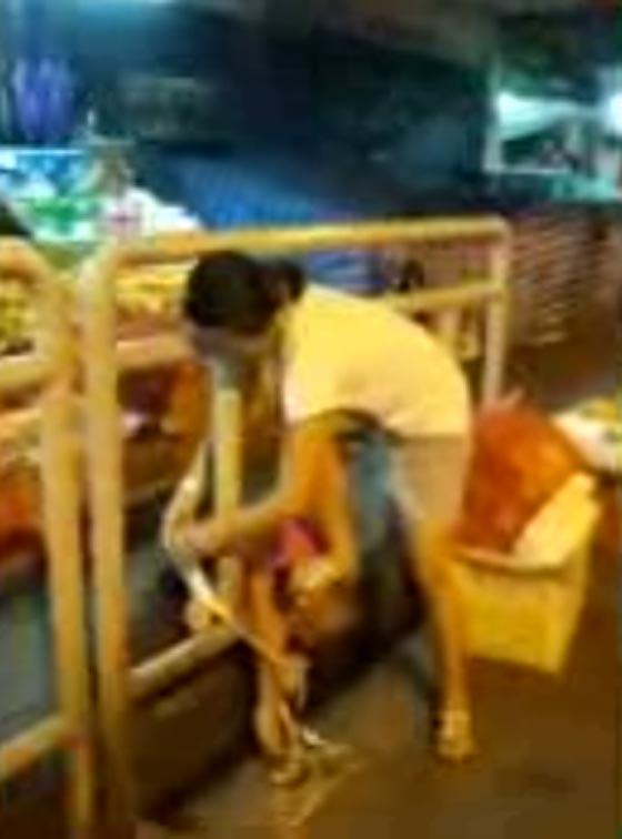صورة رقم 1 - فيديو صادم.. ام متوحشة تعاقب ابنها بربطه في جدار على الطريق