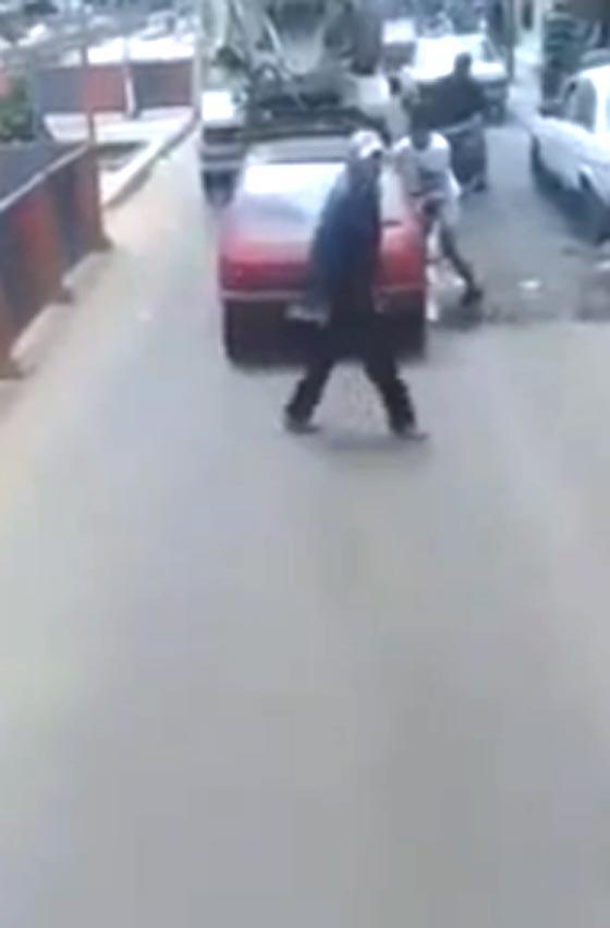فيديو مثير.. شاب يخطف هاتفا من يد فتاة تجلس داخل سيارة صورة رقم 1