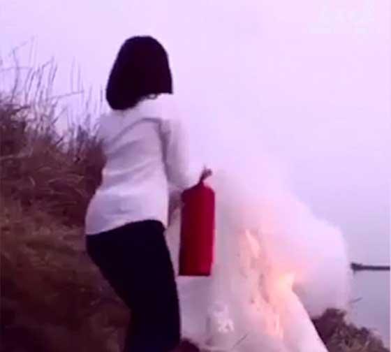 مصور يشعل النار في فستان عروس مجنونة لالتقاط اجمل صورة!! صورة رقم 4