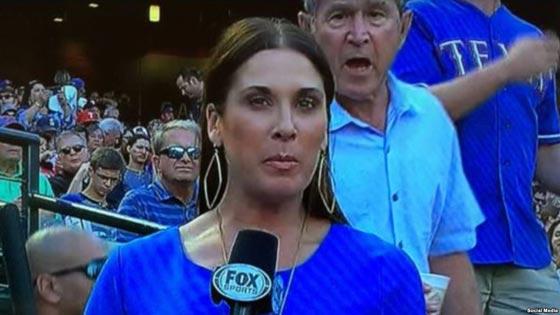 جورج بوش يشوش على مذيعة بحركة غريبة اثناء نقل مباشر.. فيديو صورة رقم 1
