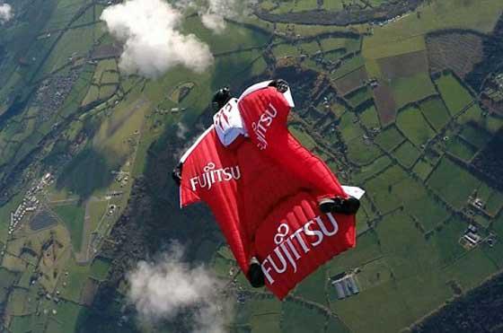 بريطاني يسعى لتحقيق رقم قياسي في الطيران بواسطة بذلة!! صورة رقم 4