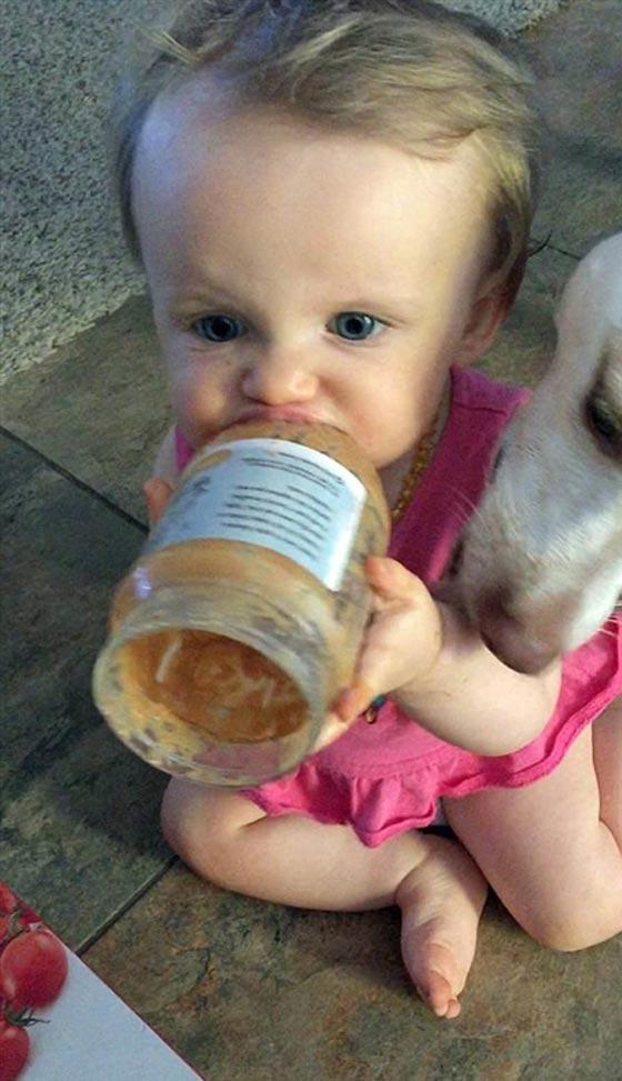 فيديو طريف.. رضيعة تتشارك مع كلبها وجبة زبدة الفول السوداني صورة رقم 1