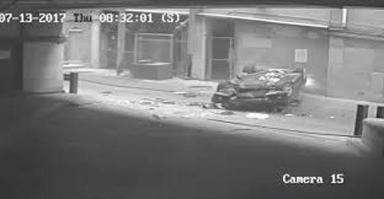 بالفيديو.. شاهد اغرب حادث سير في العالم! سيارة تسقط من السماء!! صورة رقم 4