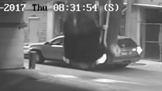 بالفيديو.. شاهد اغرب حادث سير في العالم! سيارة تسقط من السماء!! صورة رقم 1