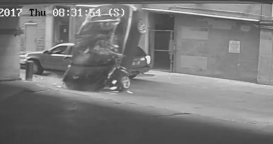 بالفيديو.. شاهد اغرب حادث سير في العالم! سيارة تسقط من السماء!! صورة رقم 2