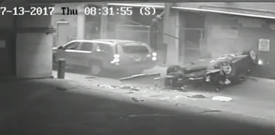 بالفيديو.. شاهد اغرب حادث سير في العالم! سيارة تسقط من السماء!! صورة رقم 3