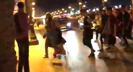 القانون غائب!! تحرش جماعي همجي ومقرف بفتاة تسير في الشارع بطنجة صورة رقم 3