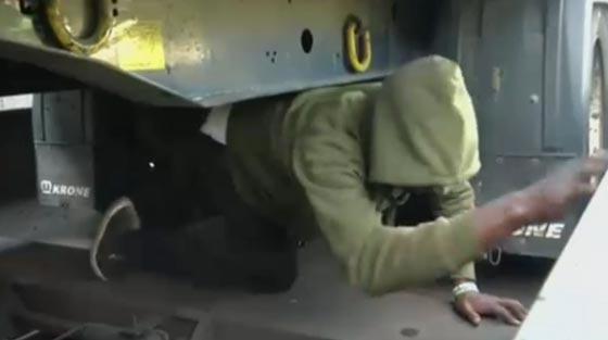 فيديو مرعب.. مهاجرون افارقة يختبئون بأماكن خطرة اسفل قطار سريع صورة رقم 1