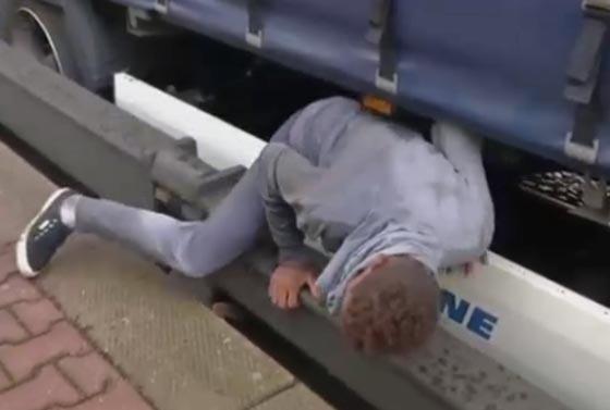 فيديو مرعب.. مهاجرون افارقة يختبئون بأماكن خطرة اسفل قطار سريع صورة رقم 3