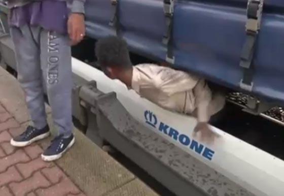 فيديو مرعب.. مهاجرون افارقة يختبئون بأماكن خطرة اسفل قطار سريع صورة رقم 4