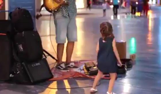 فيديو طريف.. مشرد يعزف ديسباسيتو في الشارع ورد فعل مدهش لطفلة  صورة رقم 2