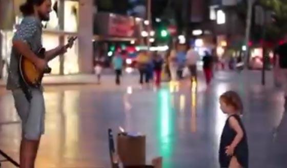 فيديو طريف.. مشرد يعزف ديسباسيتو في الشارع ورد فعل مدهش لطفلة  صورة رقم 1