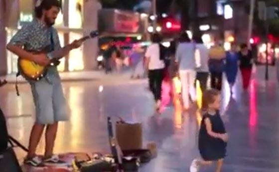 فيديو طريف.. مشرد يعزف ديسباسيتو في الشارع ورد فعل مدهش لطفلة  صورة رقم 3