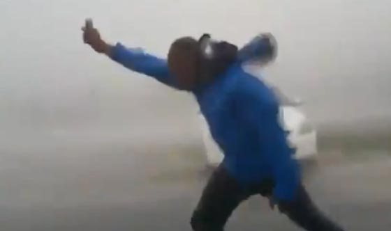 جنون السيلفي يدفع شابا لتحدي اعصار ايرما المدمّر.. شاهد الفيديو صورة رقم 3