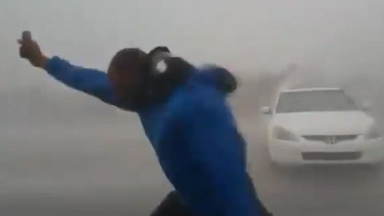 جنون السيلفي يدفع شابا لتحدي اعصار ايرما المدمّر.. شاهد الفيديو صورة رقم 4
