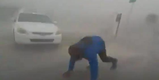 جنون السيلفي يدفع شابا لتحدي اعصار ايرما المدمّر.. شاهد الفيديو صورة رقم 1