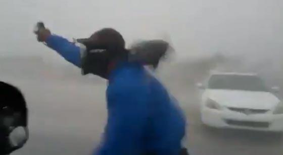 جنون السيلفي يدفع شابا لتحدي اعصار ايرما المدمّر.. شاهد الفيديو صورة رقم 2