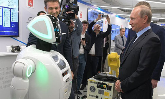وهل يخفى بوتين؟! روبوت روسي يتعرف على بوتين ويفاجئه! فيديو صورة رقم 4
