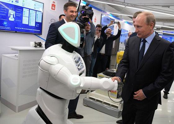 وهل يخفى بوتين؟! روبوت روسي يتعرف على بوتين ويفاجئه! فيديو صورة رقم 3