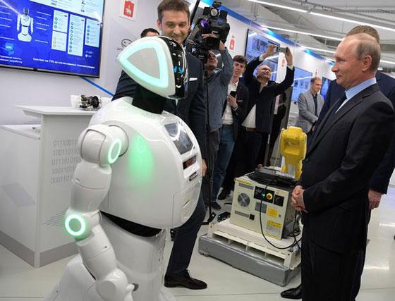وهل يخفى بوتين؟! روبوت روسي يتعرف على بوتين ويفاجئه! فيديو صورة رقم 2