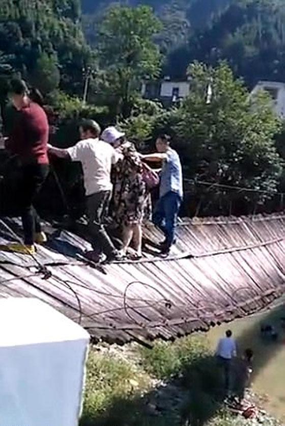 شاهدوا لحظة انهيار جسر معلق أثناء عبور 16 شخصا صورة رقم 1